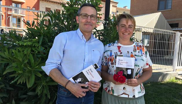 Roberto Elizalde, director del colegio Luis Gil de Sangüesa, junto a la escritora Lucía Gorría Juárez.